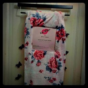 🌹NWT Betsey Johnson Ultra Plush Rose Throw 🌹